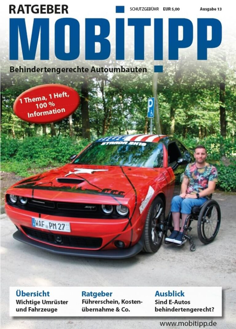 Cover des Ratgebers Mobitipp behindertengerechte Autoumbauten, rotes Auto, Mensch mit Rollstuhl daneben
