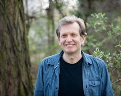Porträt eines Mannes mit blauer jeansjacke