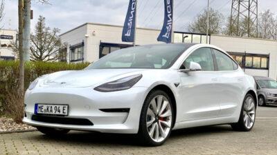 Weißes Elektroauto von schräg vorne