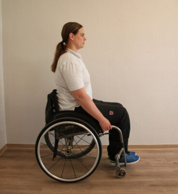 Rollstuhlfahrerin bei einer Fitnessübung