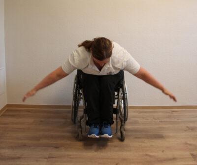 Rollstuhlfahrer bei einer Fitnessübung nach vorne gebeugt