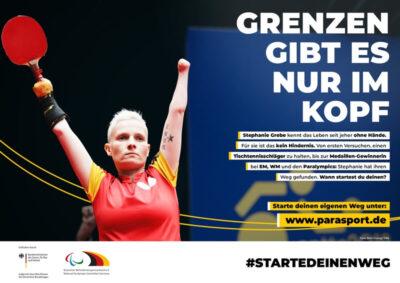 Behinderte Tischtennisspielerin reißt zum Jubeln die Arme nach oben