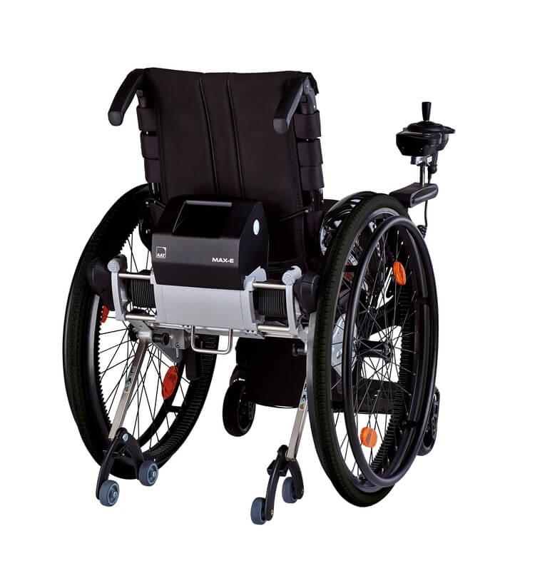 Rollstuhl von hinten mit Zusatzantrieb und Joystick