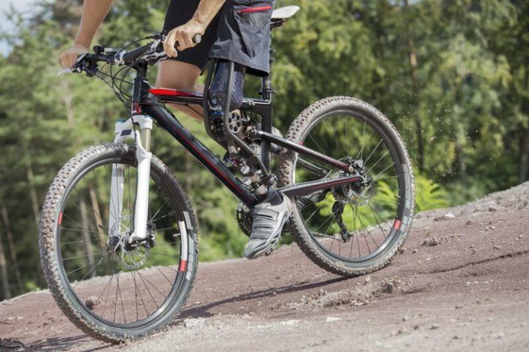 Fahrradfahrer von der Seite mit Beinprothese